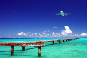 着陸する航空機