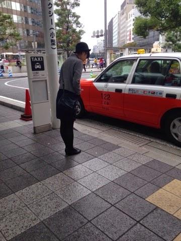 タクシーアテンダント⁇ Taxi attendant?