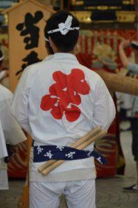 戸畑祇園東大山笠の囃子方の法被姿と太鼓のバチ