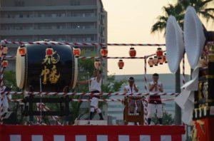 戸畑祇園大山笠競演会の開会式での囃子方によるお囃子披露、太鼓、鉦、合わせ鉦