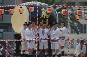 戸畑祇園大山笠競演会の開会式での囃子方による笛の演奏披露