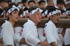 戸畑祇園大山笠競演会での幟山笠を担ぐ中原大山笠の担ぎ手たち