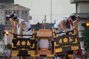 戸畑祇園大山笠競演会で幟山笠の勾欄などの装飾が外される