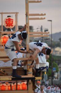 戸畑祇園大山笠競演会で五段上げの準備をするため柱をしっかり固定している東大山笠