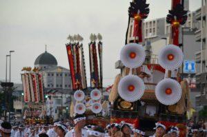 戸畑祇園山笠競演会での各小若山笠による幟山笠の運行