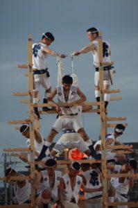 戸畑祇園大山笠競演会で五段上げの準備が整い、その時を待つ東大山笠