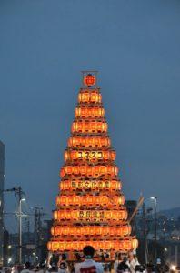 戸畑祇園大山笠競演会で「光のピラミッド」と称される見事な提灯山笠に姿替えを済ませた西大山笠