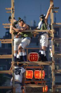 戸畑祇園大山笠競演会で五段上げの準備を行なう西大山笠