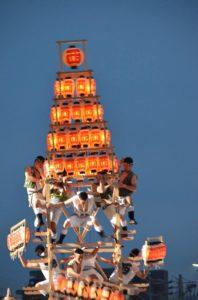 戸畑祇園大山笠競演会での西大山笠の五段上げが決まり、下から次々と提灯が送られる