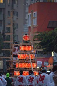 戸畑祇園大山笠競演会で五段上げの準備をするため柱を立てる中原大山笠
