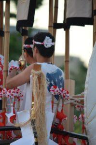 戸畑祇園大山笠競演会での幟山笠の台上で合わせ鉦を演奏する西大山笠の囃子方